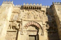 Vieja puerta en la mezquita fotos de archivo