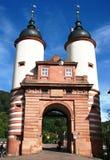Vieja puerta hermosa del puente en Heidelberg, Alemania Foto de archivo