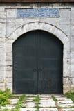 Vieja puerta medieval de la piedra del castillo con la puerta del hierro Imagen de archivo libre de regalías
