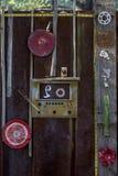 Vieja puerta oxidada con el arreglo americana ecléctico del arte encontrado astuto Fotografía de archivo libre de regalías