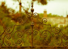 Vieja puerta oxidada del hierro labrado delante de la casa señorial inglesa vieja foto de archivo libre de regalías