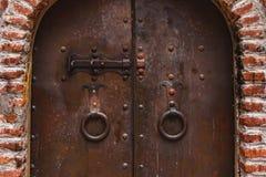 Vieja puerta oxidada del monasterio antiguo en Georgia fotografía de archivo libre de regalías