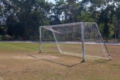 Vieja puerta vacante de la meta del fútbol del fútbol en campo de hierba rural en Chiang Mai, Tailandia imágenes de archivo libres de regalías