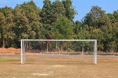 Vieja puerta vacante de la meta del fútbol del fútbol en campo de hierba rural en Chiang Mai, Tailandia imagen de archivo libre de regalías