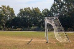 Vieja puerta vacante de la meta del fútbol del fútbol en campo de hierba rural en Chiang Mai, Tailandia fotos de archivo
