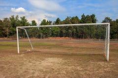 Vieja puerta vacante de la meta del fútbol del fútbol en campo de hierba rural en Chiang Mai, Tailandia foto de archivo libre de regalías