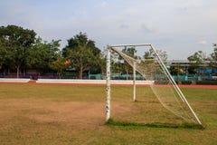 Vieja puerta vacante de la meta del fútbol del fútbol en campo de hierba rural en Chiang Mai, Tailandia fotografía de archivo libre de regalías