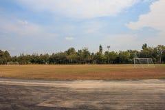 Vieja puerta vacante de la meta del fútbol del fútbol en campo de hierba rural en Chiang Mai, Tailandia foto de archivo