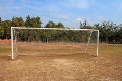 Vieja puerta vacante de la meta del fútbol del fútbol en campo de hierba rural en Chiang Mai, Tailandia fotos de archivo libres de regalías
