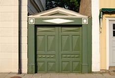 Vieja puerta verde Imágenes de archivo libres de regalías