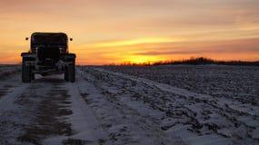 Vieja puesta del sol extrema del viaje por carretera de los neumáticos de coche 4x4 Imágenes de archivo libres de regalías