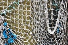 Vieja red de pesca en la pared blanca Imágenes de archivo libres de regalías