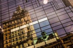 Vieja reflexión del edificio en un edificio de highrise Fotografía de archivo libre de regalías
