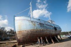 Vieja ruina de la nave del pescador Foto de archivo libre de regalías