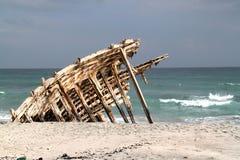 Vieja ruina de la nave en la isla de Masirah, Omán Imagen de archivo libre de regalías