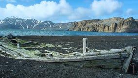Vieja ruina de la nave en la orilla en la Antártida fotografía de archivo