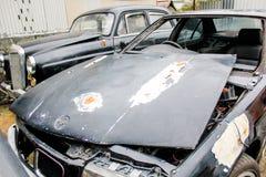 Vieja ruina del coche en garaje y mantenimiento Fotos de archivo