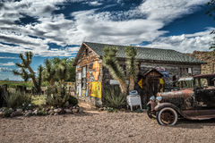 Vieja ruina del coche y una tienda en la almecina, Arizona Imagenes de archivo