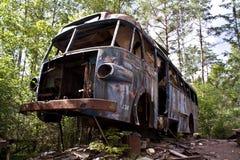 Vieja ruina del omnibus en el bosque Imagen de archivo libre de regalías