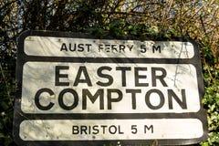 Vieja señal de tráfico de Pre-worboys para Pascua Compton incluyendo Aust Ferr Imagen de archivo