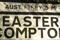 Vieja señal de tráfico de Pre-worboys para Pascua Compton incluyendo Aust Ferr Fotos de archivo