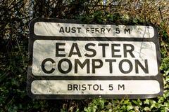 Vieja señal de tráfico de Pre-worboys para Pascua Compton incluyendo Aust Ferr Fotografía de archivo