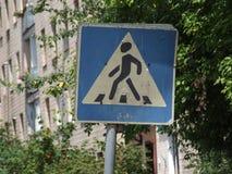 Vieja señal de tráfico de un paso de peatones en la ciudad Imagen de archivo libre de regalías
