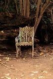 Vieja silla de jardín victoriana blanca oxidada del hierro Fotos de archivo