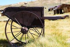 Vieja situación oxidada del coche en un campo de hierba imagen de archivo
