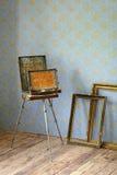 Vieja sobremesa de madera de la pintura, y viejos marcos Fotografía de archivo