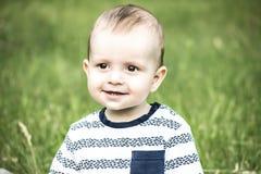 Vieja sonrisa de los monthes bady felices hermosos del muchacho 10 a la cámara del tha al aire libre en la naturaleza Foto de archivo