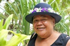 Vieja sonrisa polinesia envejecida feliz de la mujer de Islander del cocinero en Rarotonga imágenes de archivo libres de regalías