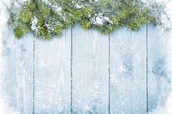 Vieja textura de madera con nieve y el abeto Fotografía de archivo libre de regalías