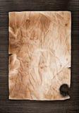 Vieja textura de papel en la madera Fotos de archivo