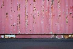 Vieja textura del tejado de la hoja de metal o pared vieja del contenedor para mercancías con la carretera concreta del piso o de Fotografía de archivo
