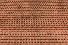 Vieja textura roja de las tejas de tejado y fondo del cielo azul Imagen de archivo libre de regalías