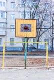 Vieja tierra de deportes en la yarda Anillo del baloncesto Puertas para el fútbol Fotografía de archivo libre de regalías