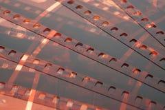 Vieja tira de la película de la negativa 35m m en el fondo blanco Foto de archivo