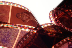 Vieja tira de la película de la negativa 35m m en el fondo blanco Imagen de archivo libre de regalías