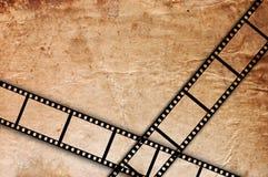Vieja tira de la película en un fondo de la vendimia del grunge Foto de archivo libre de regalías