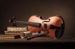 Vieja todavía del violín vida con los libros Imágenes de archivo libres de regalías