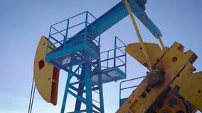 Vieja unidad de bombeo, aceite de bombeo para hacer el combustible metrajes