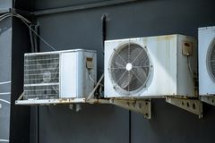 Vieja unidad del compresor de aire Foto de archivo libre de regalías