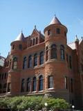 Vieja vertical roja del palacio de justicia Imagen de archivo libre de regalías