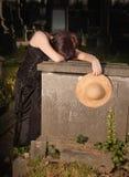 Vieja viuda joven grave Imagen de archivo libre de regalías