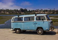 Vieja VW Van Parked Along el Back Bay en la playa de Newport imagenes de archivo