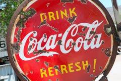Vieja y oxidada muestra de la Coca-Cola Foto de archivo