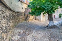 Vieja yarda medieval en medios, Rumania de la iglesia Imagen de archivo