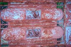 Viejas barras de hierro labradas en la puerta con el grunge y el acero oxidado b Fotos de archivo