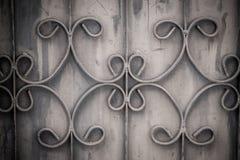 Viejas barras de hierro labradas en la puerta con el grunge y el acero oxidado b Foto de archivo